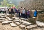 Du khách tham quan Khu khảo cổ.