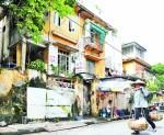 Việc cơi nới, cải tạo tự phát đã làm các biệt thự cổ nhanh xuống cấp hơn. Trong ảnh: Một biệt thự cổ tại ngõ Phan Chu Trinh, quận Hoàn Kiếm.