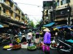 Không gian mở, thậm chí gần hoặc trên đường là mô hình truyền thống của chợ tại đô thị Việt Nam.