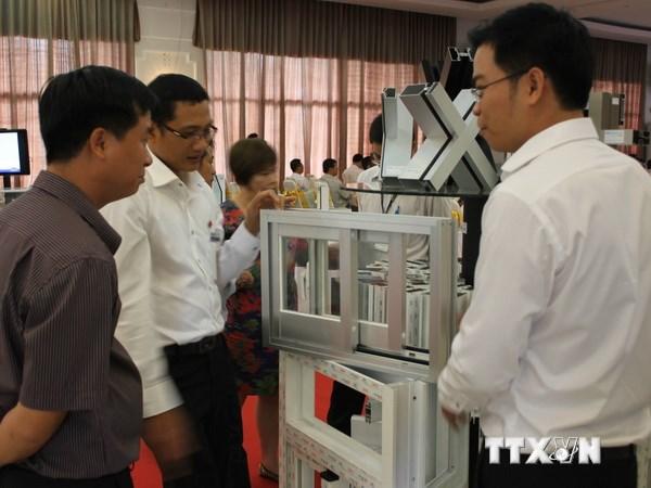 Các đại biểu tham quan các sản phẩm vật liệu xây dựng trưng bày bên lề hội nghị. (Ảnh: Quách Lắm/TTXVN)