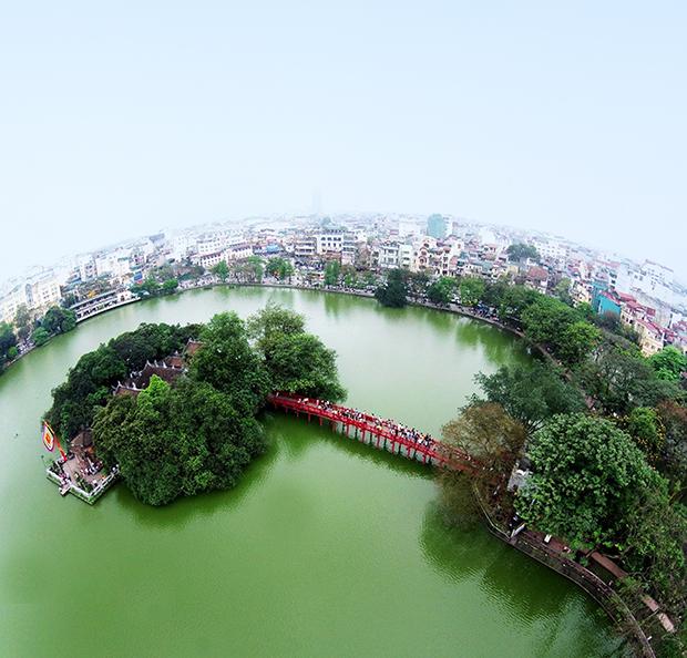 Hồ Gươm không tạo dòng chảy nhờ các con sông, nhưng lại tạo dòng chảy của cuộc sống đô thị bao quanh nó.