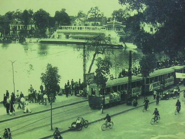 Xe điện chạy bên bờ hồ