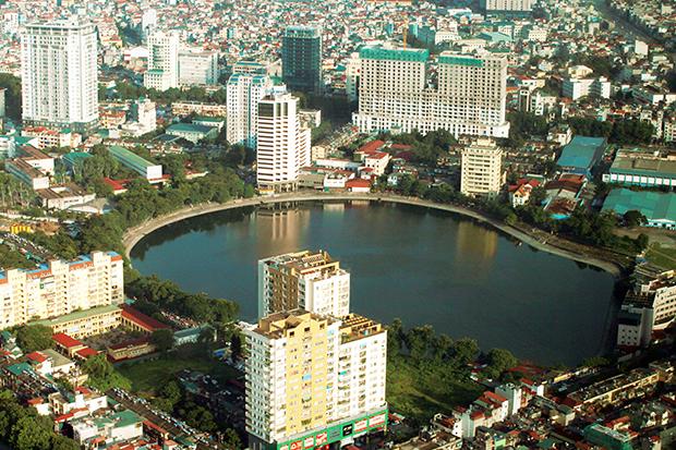 Hồ Giảng Võ với khách sạn Hà Nội cùng những tòa nhà cao tầng