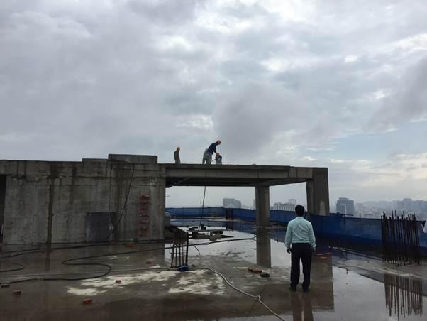 Công nhân tháo dỡ phần tum công trình sáng 21/11.