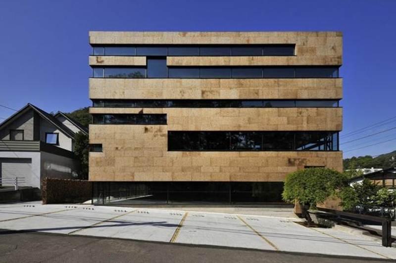 Tòa nhà văn phòng Higo, Sapporo, Hokkaido ở Nhật Bản là sự pha trộn tuyệt vời giữa nguyên liệu tự nhiên và phong cách tối giản.