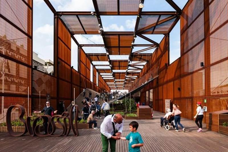 Brazilian Pavilion của kiến trúc sư Brazil là tòa nhà phức hợp bao gồm giải trí, ngắm cảnh, thông tin công nghệ cao, tương tác và học tập.