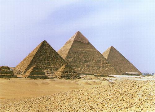 Kim tự tháp Ai Cập được xây dựng bằng các khối đá tự nhiên
