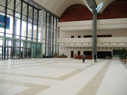 Tổng cộng đã có 34.000 m² đá tự nhiên các loại được sử dụng để ốp lát sàn, tường, cầu thang, các khu vực nhà vệ sinh trong Trung tâm Hội nghị Quốc gia.