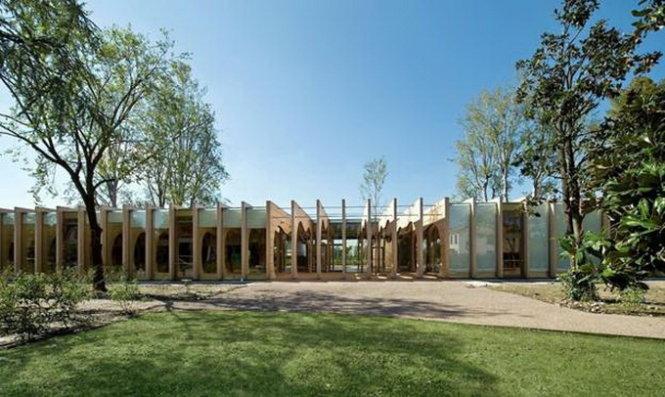 Ngôi trường được bao quanh bởi cây xanh và thảm cỏ tự nhiên - Ảnh: Inhabitat