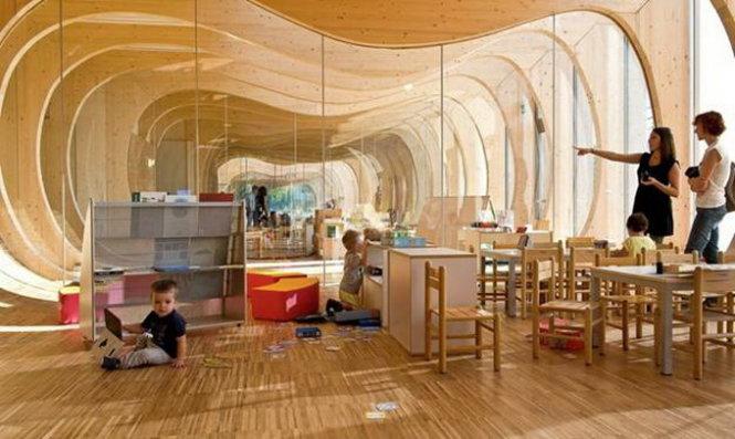 Thiết kế hình dạng tròn được cắt ra từ trung tâm của những khung gỗ có chức năng điều hòa ánh sáng tự nhiên và chuyển động khắp mọi không gian trong nhà. Đứng từ một đầu của tòa nhà nhìn lại, các khung xếp chồng lên nhau tạo ra ảo ảnh đẹp của một hang động vô tận.