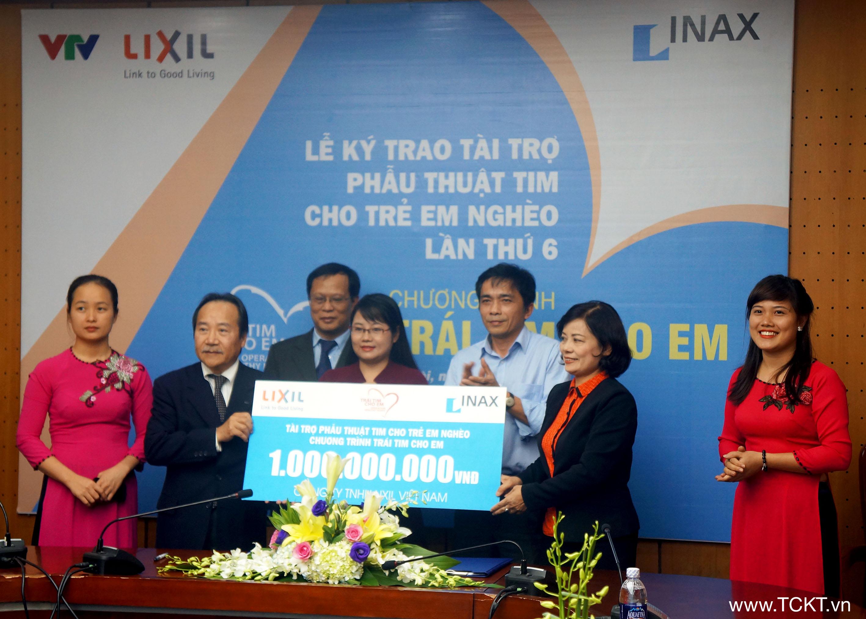 Trao tượng trưng số tiền mà Công ty LIXIL VIệt Nam ủng hộ phẫu thuật tim cho trẻ em nghèo trong chương trình Trái tim cho em