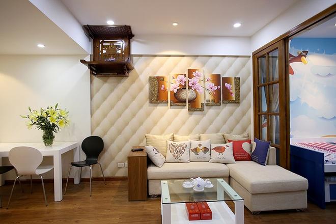 KTS Bạch Trọng Đức (Công ty Phong Đức) đưa ra giải pháp chia phòng khách hiện trạng thành phòng ngủ cho em bé và phòng khách mới. Ngăn cách giữa hai khu vực này là cửa kính giúp ánh sáng tự nhiên vẫn chiếu được tới không gian sinh hoạt chung.