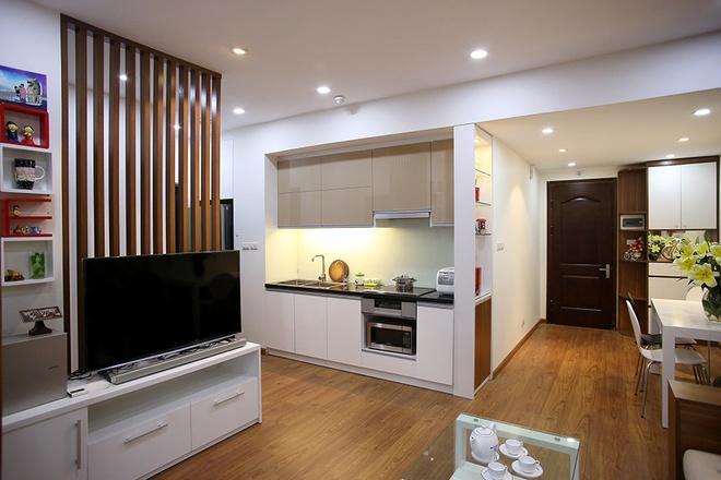 Để giải quyết yêu cầu về phong cách trẻ trung và chi phí, KTS sử dụng vật liệu nội thất là gỗ sơn trắng kết hợp với gỗ công nghiệp. Cách sử dụng vật liệu này có thể giảm 30% kinh phí so với gỗ tự nhiên.