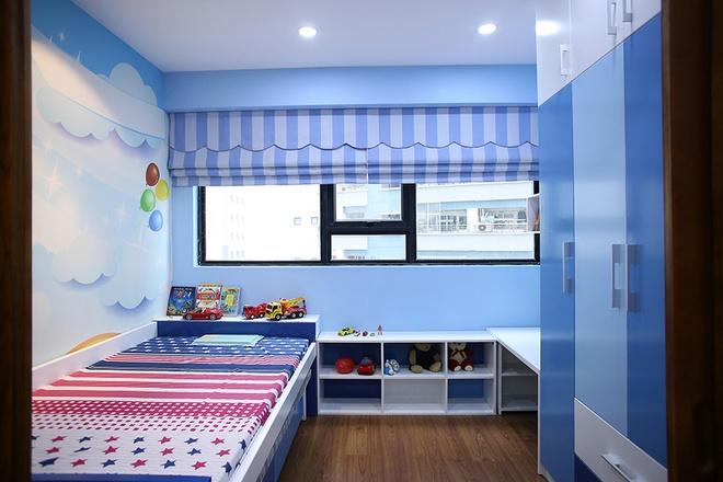 Em bé 4 tuổi thích màu xanh và ôtô nên bố mẹ trang trí sẵn một căn phòng xinh xắn và nhiều ánh sáng cho con.