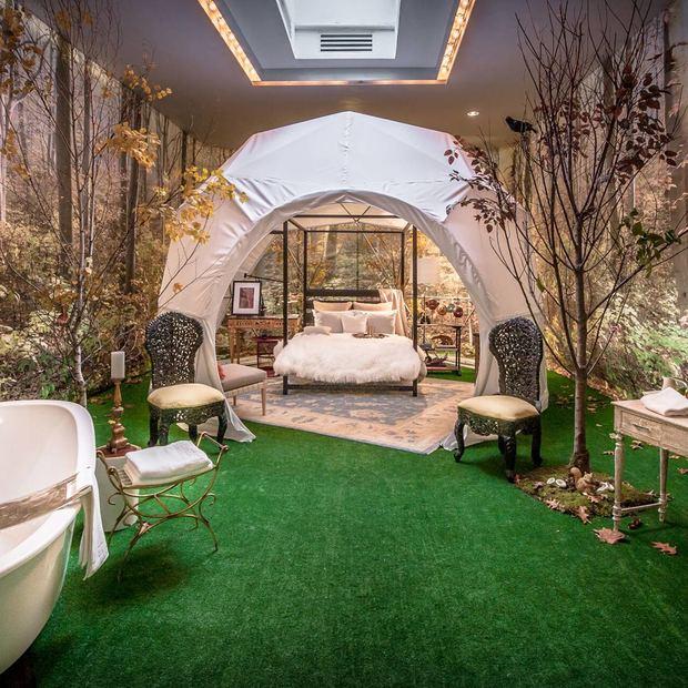 Thiết kế của VicenteWoft lại là sự cách điệu lãng mạn cho một phòng ngủ kết hợp với bồn tắm thư giãn. Mọi sự thu hút của căn phòng được tập trung vào một gian ngủ trông như một chiếc lều giữa một khu rừng cây cối rậm rạp lúc mặt trời mọc. Và dưới mái vòm trắng là thiết kế giường của Calvin Klein cùng các phụ kiện đầy sang trọng như thảm lông thú và nội thất giả cổ.