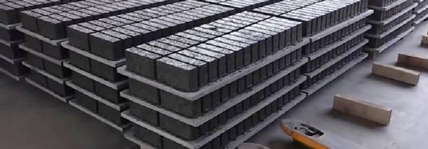 Ứng dụng tấm pallet nhựa PVC tổng hợp trong sản xuất gạch không nung