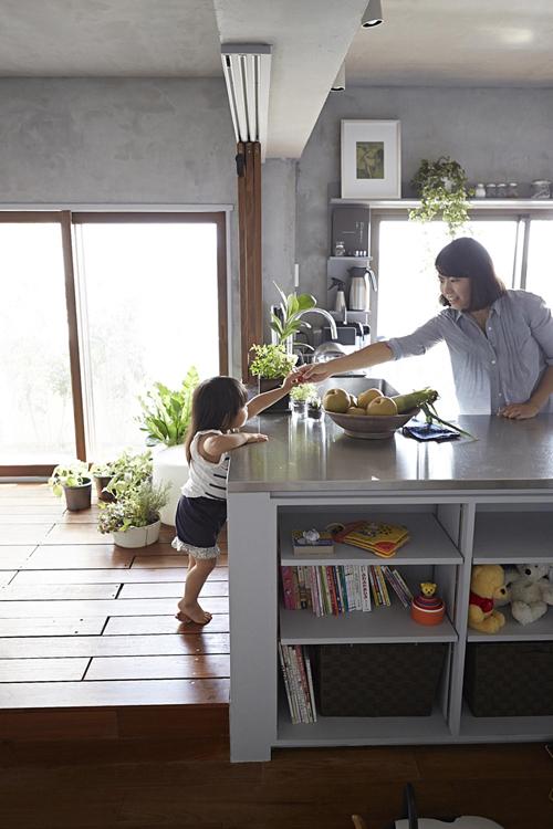 Việc phá bỏ các bức tường giúp cha mẹ và các con nhỏ có thể gần gũi với nhau hơn. Bố mẹ giám sát được con lúc chơi đùa.