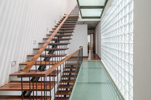 Những khoảng tường gạch kính cũng có tác dụng tích cực trong việc đảm bảo ánh sáng cho các không gian.