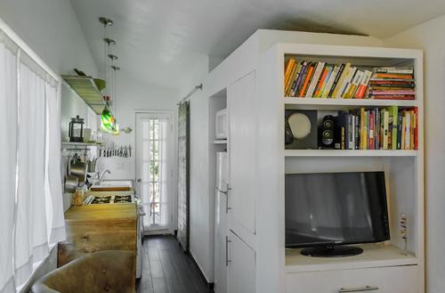 Không chỉ vậy, ngôi nhà nhỏ giúp cho hai người dễ dàng thu dọn, không tốn tiền mua nội thất, vật dụng vì nhà quá nhỏ để chứa thêm đồ.