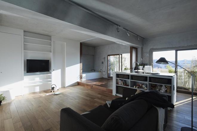 Thay cho 2 phòng ngủ, kiến trúc sư phá bỏ tường tạo thành một phòng chung. Ban ngày là phòng khách, bàn ăn và chỗ chơi của trẻ. Buổi tối là nơi ngủ của gia đình