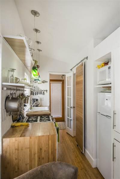 Không gian hẹp nhưng nhà đảm bảo đầy đủ tiện nghi như hệ thống sưởi lắp đặt dưới sàn nhà. Lối đi quá hẹp nên chủ nhà sử dụng cửa trượt.