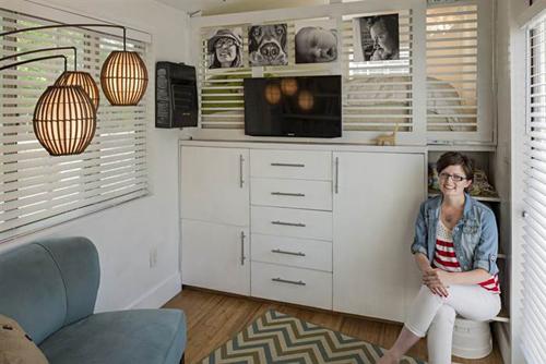 Giường được nâng cao để có chỗ bố trí hệ thống tủ đồ lớn. Bức vách ngăn giường với bên ngoài là nơi treo ảnh gia đình, tivi.