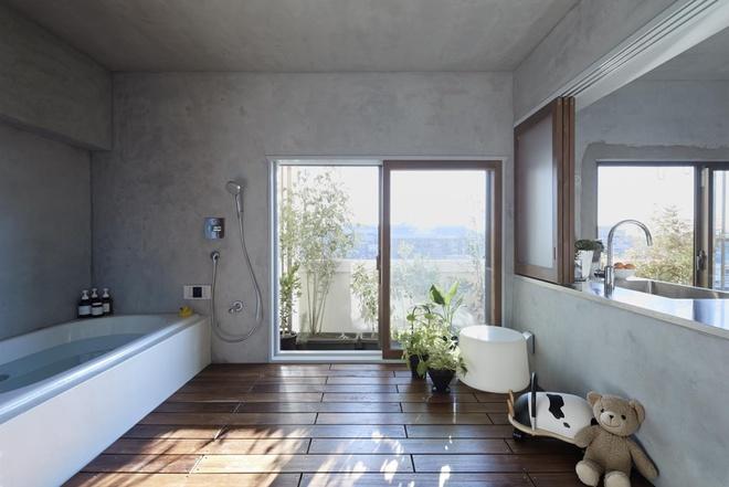 Trước đây, khu tắm rửa khá nhỏ và thiếu sáng. Người thiết kế quyết định biến phòng tắm mới thành không gian thư giãn, vui chơi của trẻ nhỏ.