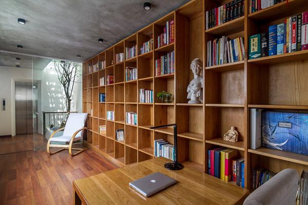 Cây xanh và giếng trời thiết kế thông minh đảm bảo cho ngôi nhà ông luôn đủ ánh sáng.