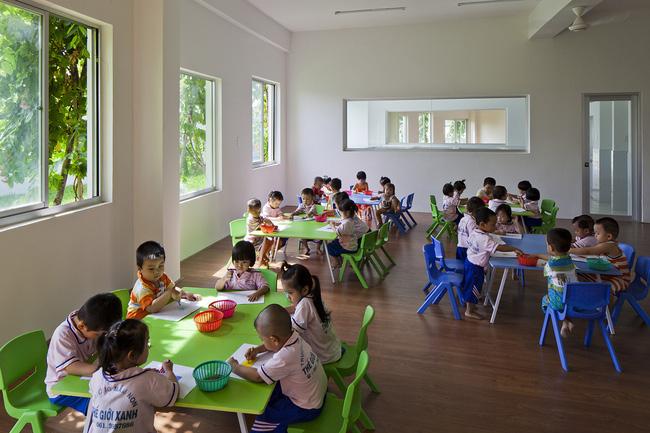 Phòng học vẽ của các trẻ em nơi đây được thiết kế rộng rãi, có nhiều cửa sổ, đồ đạc, bàn ghế cũng được lựa chọn là màu xanh mát mắt.