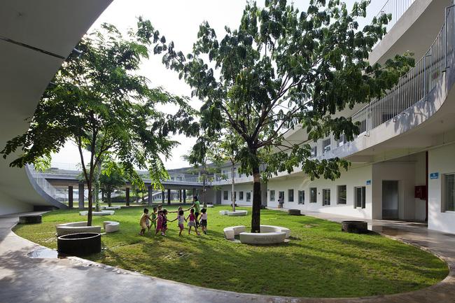Tất cả các lớp học được bố trí dọc theo mái nhà hình xuyến, hàng cây xanh tỏa bóng mát thành nơi các em nhỏ vui chơi và nô đùa.