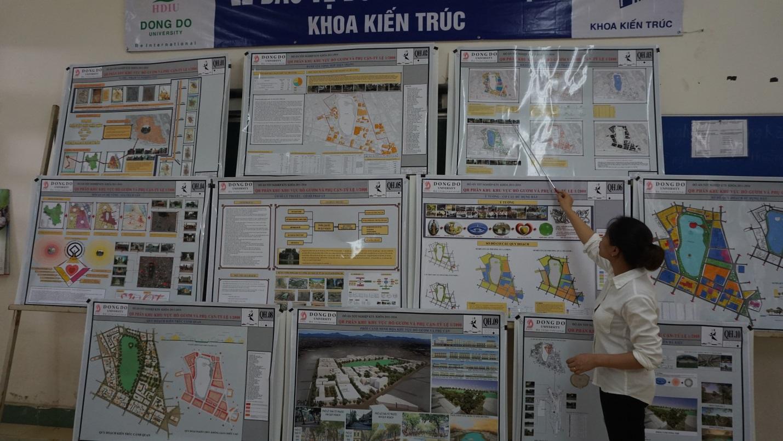 Sinh viên Triệu Thị Quỳnh báo cáo đồ án trước Hội đồng