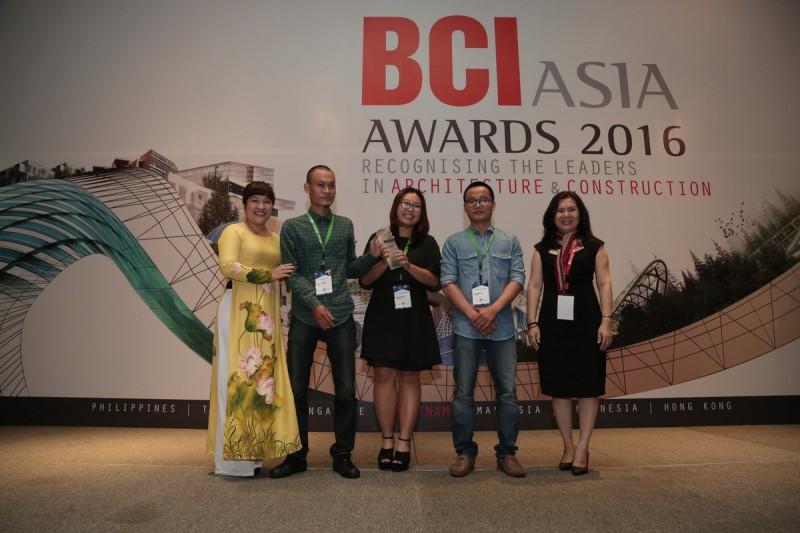 Tropical Space nhận kỷ niệm chương tại Lễ trao giải thưởng FuturArc Green Leadership 2016