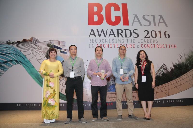 Văn phòng Kiến trúc 1+1>2 nhận kỷ niệm chương tại Lễ trao giải thưởng FuturArc Green Leadership 2016