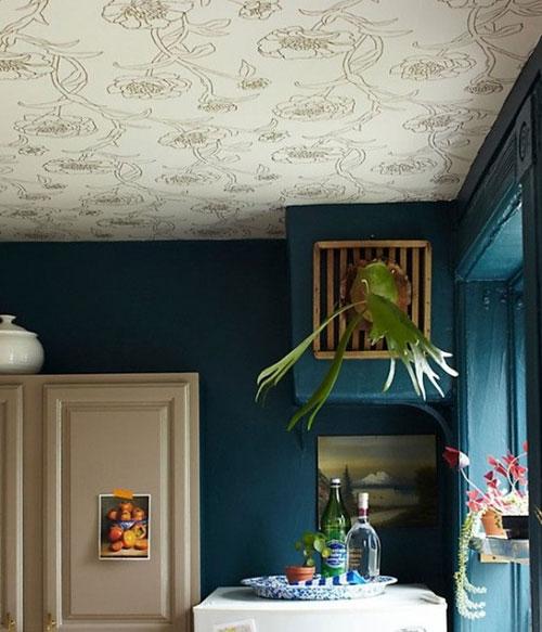 Nếu tường nhà sơn màu tối thì giấy dán tường màu sáng, họa tiết to sẽ tạo cảm giác rộng thoáng hơn cho căn phòng.