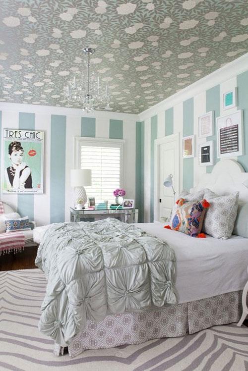 Hay ngược lại, căn phòng có màu sắc sáng sủa, nhẹ nhàng thì nên chọn giấy dán tường màu trầm hơn một chút để tạo cảm giác ấm cúng.