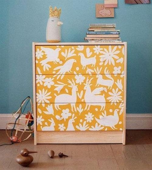 Thay vì sơn lại tủ mini, bạn hoàn toàn có thể dùng giấy dán tường để mang đến một chiếc tủ mới mẻ và ấn tượng hơn.
