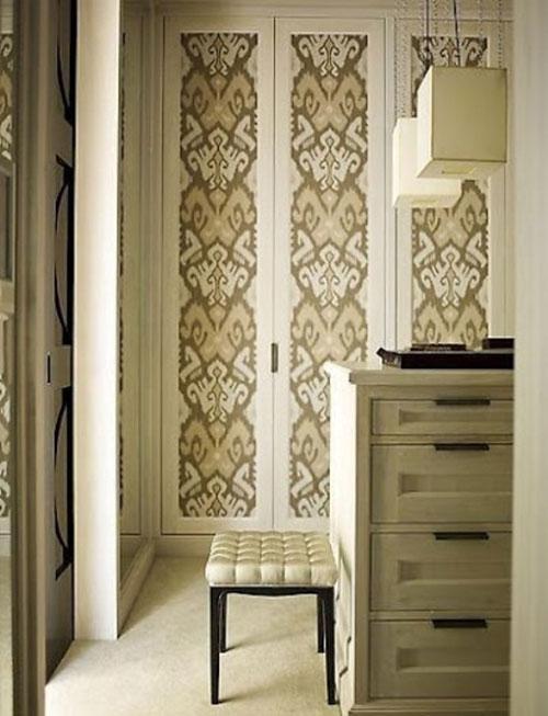 """Màu sắc và họa tiết giấy dán tường sang trọng sẽ giúp cánh cửa thêm quý phái và """"sang chảnh""""."""