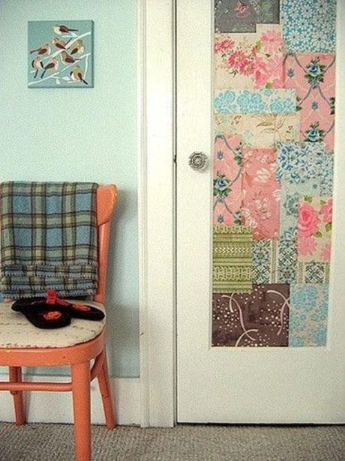 Hay rực rỡ, trẻ trung hơn với giấy dán tường họa tiết hoa lá có màu sắc tươi tắn, nổi bật.