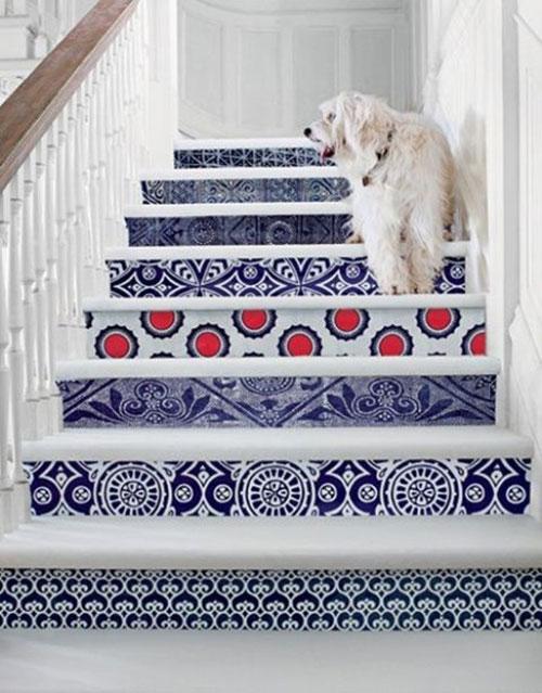 Thiết kế cầu thang vô cùng nổi bật nhờ sử dụng giấy dán tường có họa tiết ấn tượng.