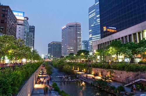 Dòng suối tái sinh giữa lòng Seoul là điều hòa xanh giảm nhiệt độ cho thành phố ngột ngạt. Ảnh: Jack Malipan
