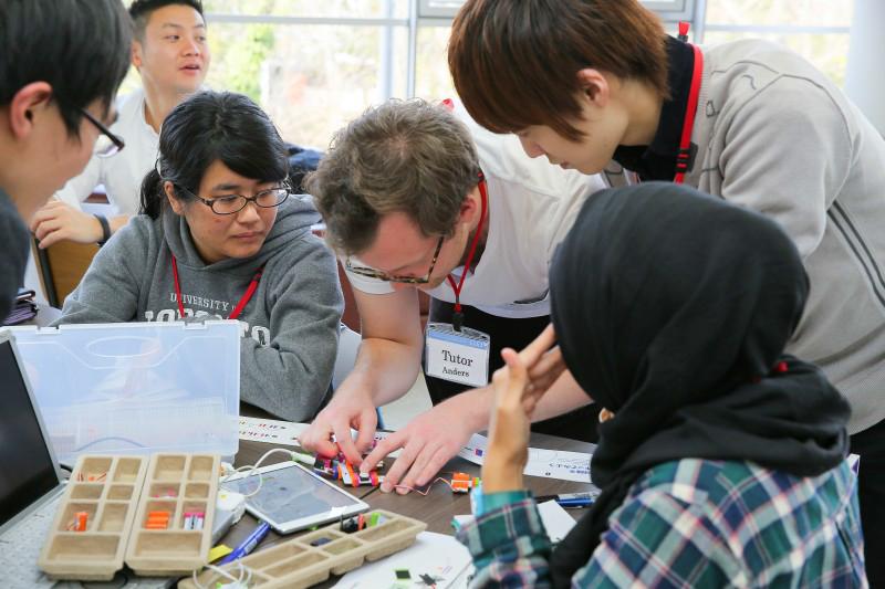 Kỹ thuật viên hướng dẫn sử dụng các bộ cảm biến do hãng Little Bits tài trợ trong thời gian hội thảo