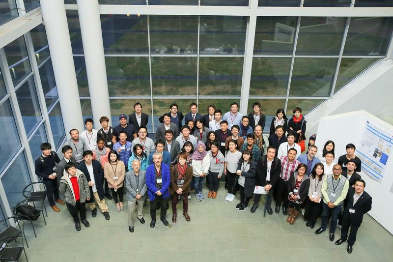 Các đại biểu tham gia chương trình chụp hình lưu niệm tại toà nhà Tau Building - Shonan Fujiswa Campus - ĐH Keio