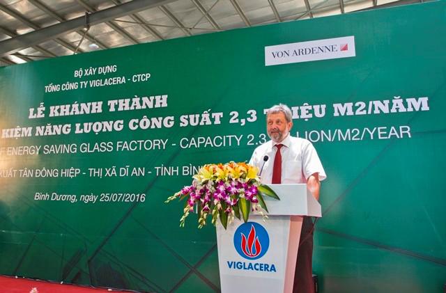 Ông Hans-Christian Hecht - Giám đốc kỹ thuật Tập đoàn Von Ardenne GmbH giới thiệu dây chuyền công nghệ Kính TKNL