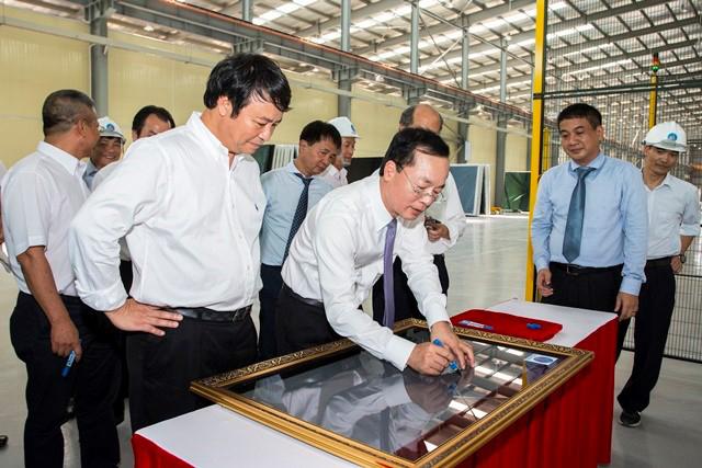 Bộ trưởng Bộ Xây dựng Phạm Hồng Hà đặt bút ký lên mét vuông kính tiết kiệm năng lượng đầu tiên tại Việt Nam