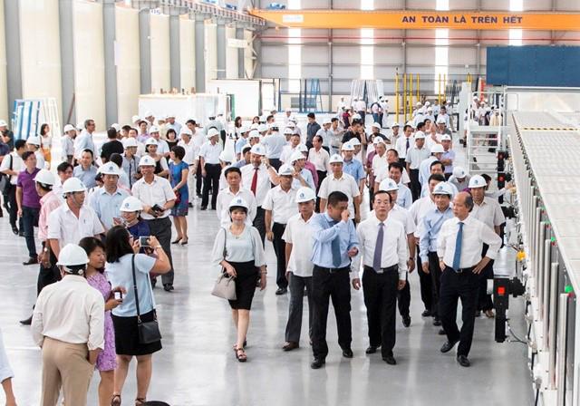 Ông Nguyễn Minh Khoa – Giám đốc Công ty Kính nổi Viglacera, Giám đốc dự án Kính tiết kiệm năng lượng Viglacera giới thiệu với các lãnh đạo Bộ Xây dựng và các quan khách thăm quan dây chuyền sản xuất Kính tiết kiệm năng lượng đầu tiên tại khu vực Đông Nam Á.
