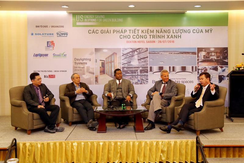 Các đại biểu trao đổi về các giải pháp TKNL hiệu quả tại Hội thảo