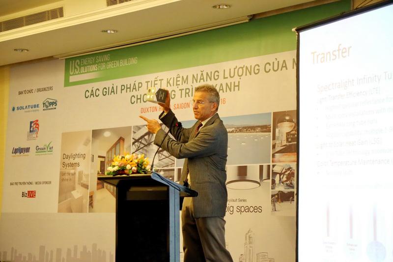 Ông Todd Maerowitz - đại diện Solatube, Giám đốc kinh doanh Quốc tế giới thiệu về tính năng ưu việt của sản phẩm
