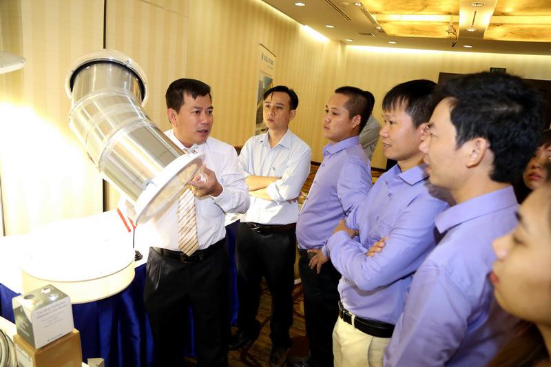 Ông Nguyễn Trí Thông giới thiệu về tính năng hệ thống lấy sáng độc đáo của Solatube