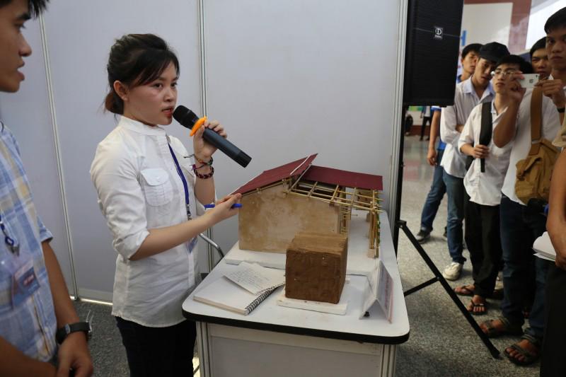 Nhóm sinh viên trường Đại học Kiến trúc Hà Nội trình bày đề tài của mình trên mô hình thực tế