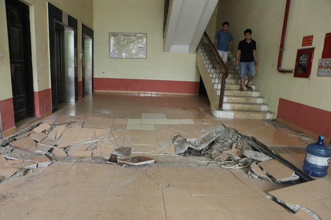 Sàn nhà chung cư chung cư N5, Đồng Tàu, phường Thịnh Liệt (Hoàng Mai, Hà Nội) bị sập vào 22h đêm hôm qua (13/8)